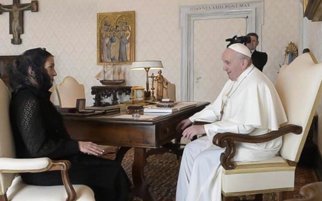 Beatriz Gutiérrez Müller entrega, en el Vaticano, carta de López Obrador al papa Francisco - Foto de Twitter @lopezobrador_