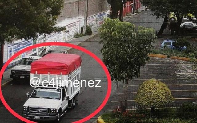 #Fotos Diez ladrones armados, una camioneta y dos tractocamiones para robar medicamentos oncológicos para niños en Iztapalapa - Así huyeron los delincuentes en la camioneta. Foto de Carlos Jiménez.