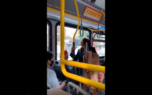 #Video Arrojan a mujer de autobús tras escupir a pasajero en el rostro - Foto Captura de pantalla