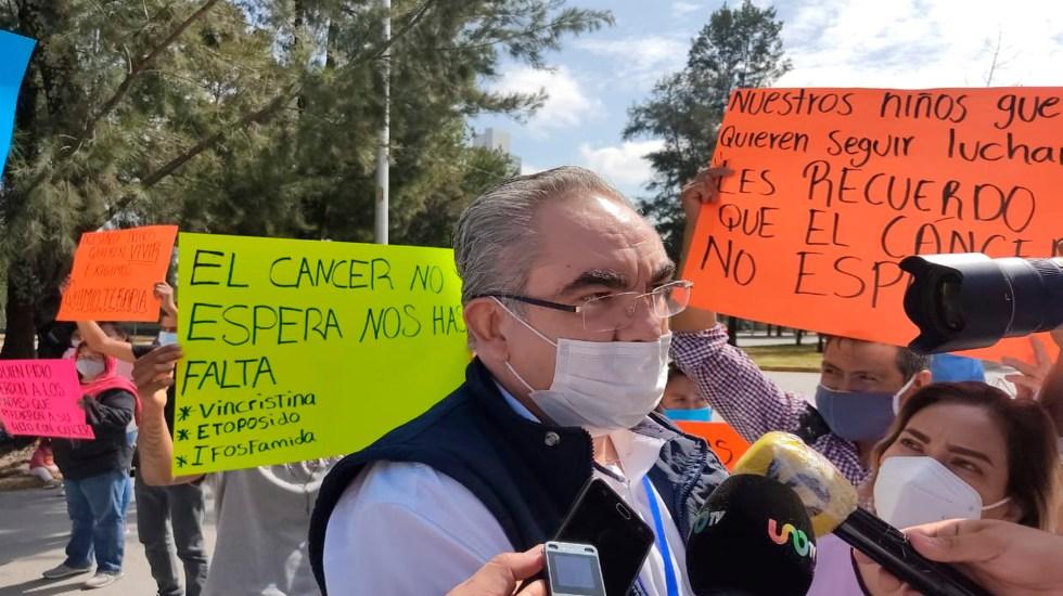 Padres de niños con cáncer en Puebla protestan ante falta de medicamentos oncológicos - Protestan en Puebla padres de familia de niños con cáncer por falta de tratamientos. Foto Twitter @SaludGobPue