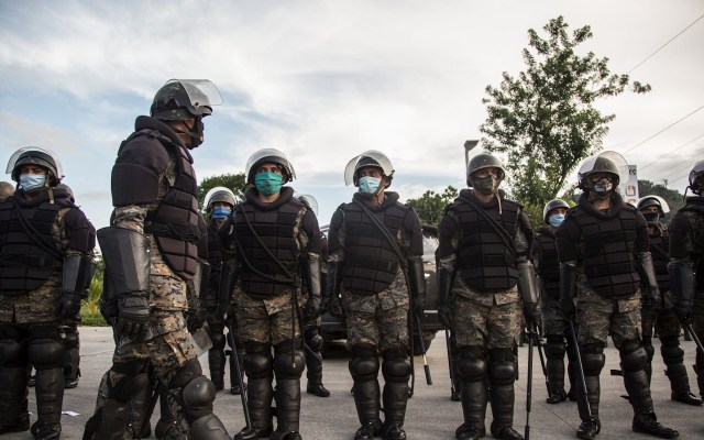 El hambre y un muro de soldados acaban con el 'sueño americano' de hondureños - Soldados guatemaltecos reciben instrucciones en la carretera de Péten para revisar los transportes pesados y evitar que migrantes hondureños sigan avanzando hacia la frontera con México, este sábado, en San Luis, Guatemala. Foto de EFE/Esteban Biba.