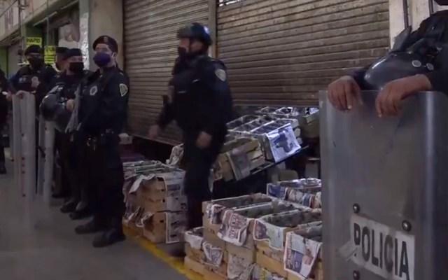 Detienen en la Central de Abasto a 17 personas por posesión de droga y armas - Cateo de local comercial en la Central de Abasto. Captura de pantalla / @SSC_CDMX