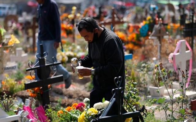 Pobladores de Chalco apuran a limpiar tumbas antes del cierre de panteones en Día de Muertos por COVID-19 - Foto EFE