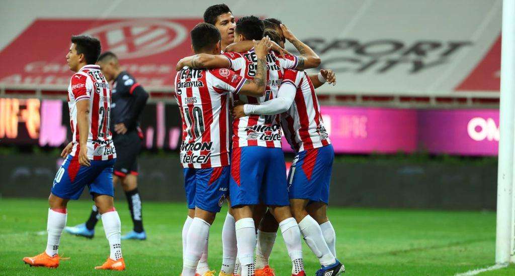 Alexis Peña, 'Chofis' López y 'Gallito' Vázquez incumplen reglamento y Chivas los 'congela' ante Pumas - Foto de Chivas.