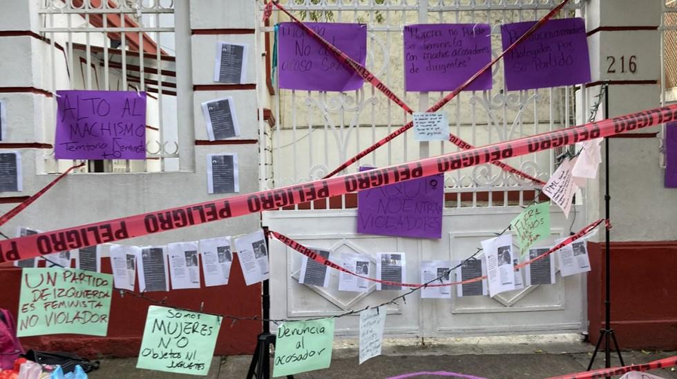 Chocan simpatizantes de Muñoz Ledo y feministas en sede de Morena - Clausura simbólica de la sede de Morena por feministas. Foto de @EstefaniaVeloz