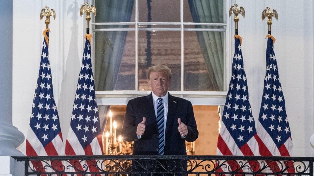 Trump habría estado más enfermo de lo que se informó cuando ingresó al hospital por COVID-19 - Donald Trump antes de ingresar a la Casa Blanca tras alta médica por COVID-19. Foto de EFE