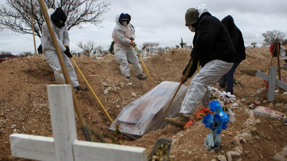 México supera las 90 mil defunciones por COVID-19 a ocho meses del primer caso confirmado - Empleados funerarios sepultan a personas muertas por COVID-19, en el cementerio San Rafael de Ciudad Juárez, Chihuahua. Foto de EFE