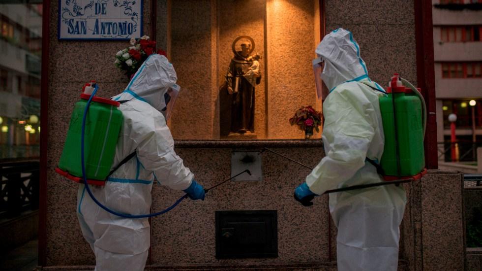 España añade 15 mil 186 contagios y 222 muertos por COVID-19 - Labores de desinfección en la plaza de San Antonio de Ourense, en España. Foto de EFE