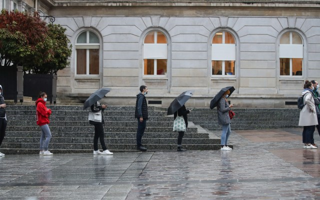 Francia casi duplica el número de muertos por COVID-19 en 24 horas - Fila en la lluvia para realizarse prueba de coronavirus en Francia. Foto de EFE