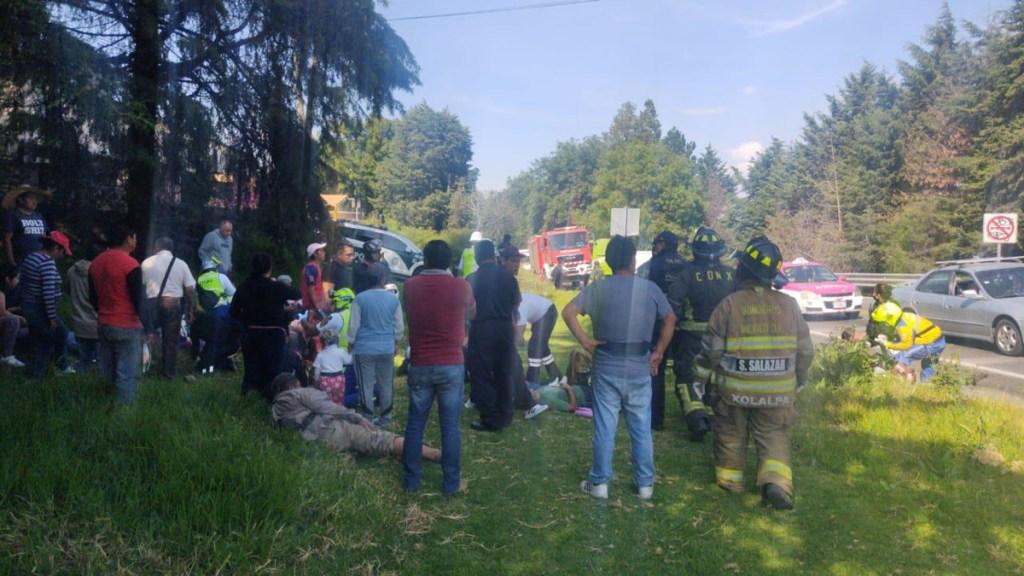 Volcadura de transporte público sobre la México-Cuernavaca deja 14 lesionados - Heridos tras volcadura de transporte público en la México-Cuernavaca. Foto de @Bomberos_CDMX