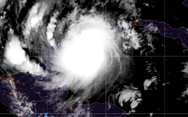 Huracán Delta toca tierra en Puerto Morelos, Quintana Roo; se debilita a Categoría dos - Foto de NHC