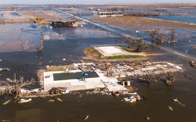 Luisiana, de nuevo entre escombros y destrozos tras el paso del huracán Delta - Foto de EFE
