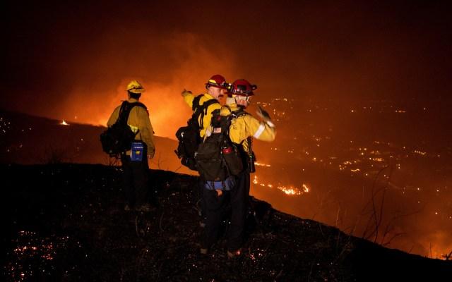 Nuevo incendio en California, EE.UU. - Bomberos trabajan para controlar la propagación del incendio Blue Ridge que amenaza hogares en Yorba Linda, condado de Orange, California. Foto de EFE