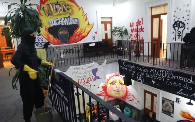 Cumple un mes toma de CNDH en CDMX; feministas descartan irse - Interior de la CNDH tras ocupación feminista. Foto de EFE