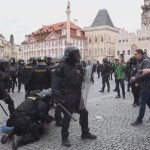 Disturbios en el centro de Praga por la suspensión del fútbol por COVID-19