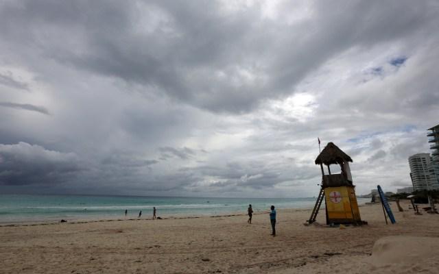 Delta pierde intensidad previo a tocar tierra en Quintana Roo; mantiene potencial devastador - Mal clima en Quintana Roo ante huracán Delta. Foto de EFE
