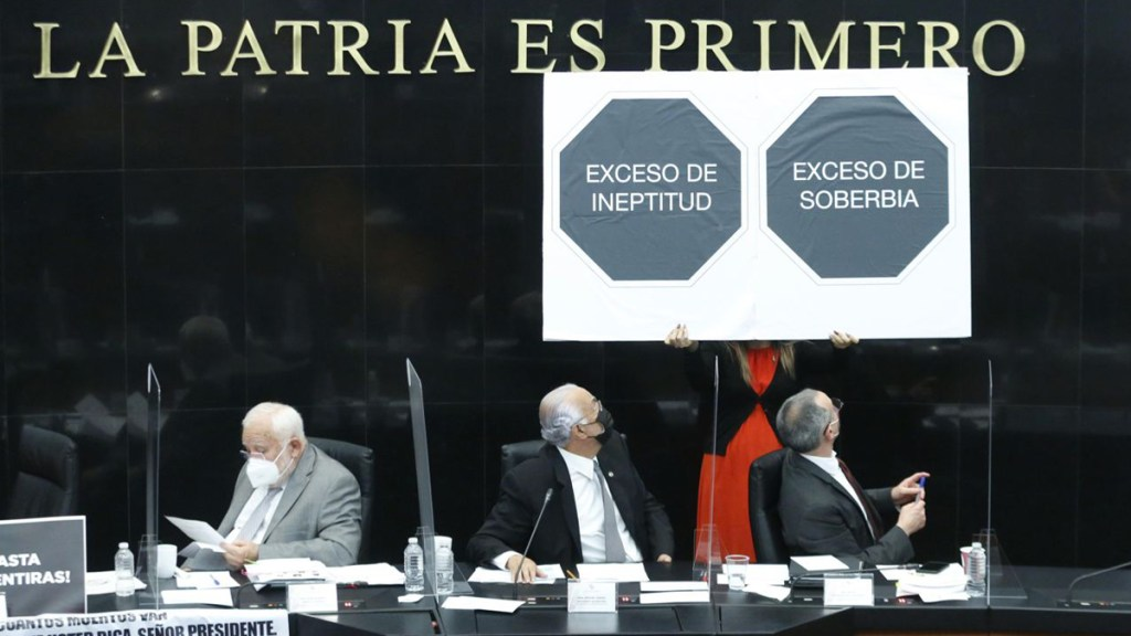 Atribuye López-Gatell a la 'disonancia cognitiva' posicionamientos de senadores en su contra - Manifestación contra Hugo López-Gatell durante su comparecencia en el Senado. Foto de @SenadoresdelPAN