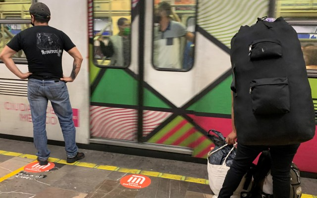 Agreden a policías al interior del Metro por detener a comerciantes informales - Foto de EFE