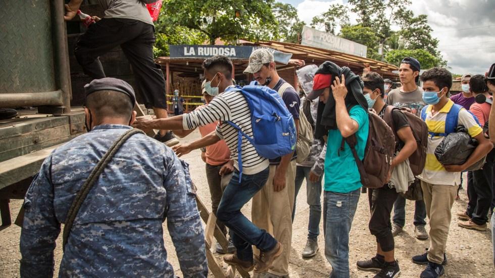 """Estados Unidos termina el acuerdo de """"tercer país seguro"""" con Guatemala - Migrantes suben a un camión del Ejército de Guatemala que los regresaría a la frontera entre Honduras y Guatemala. Foto de EFE"""