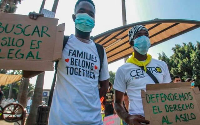 Cientos de migrantes en Tijuana protestan para exigir refugio a Estados Unidos - Migrantes haitianos protestaron en la garita internacional de San Ysidro (México). EFE/Joebeth Terriquez