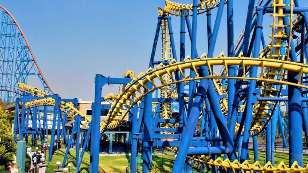 Reabrirán en CDMX ferias y parques de diversiones al aire libre - Montaña rusa en parque de diversiones de la CDMX. Foto de @sixflagsmexico
