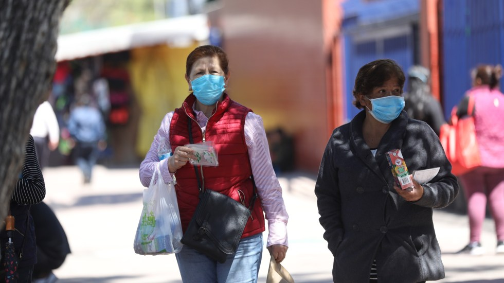 En las últimas 24 horas, México registra 5 mil 514 nuevos casos de COVID-19 y 387 muertes - Mujeres con cubrebocas para prevenir el COVID-19 en la Ciudad de México. Foto de EFE