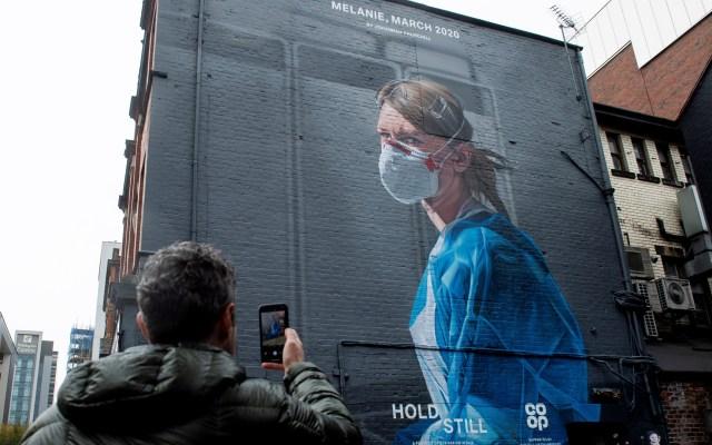 Mural en Reino Unido en homenaje a enfermeros - Mural que retrata a la enfermera del servicio de salud británico Melanie Senior, obra del artista Peter Barber, a partir de una fotografía tomada por Johannah Churchill, en Manchester. Foto de EFE