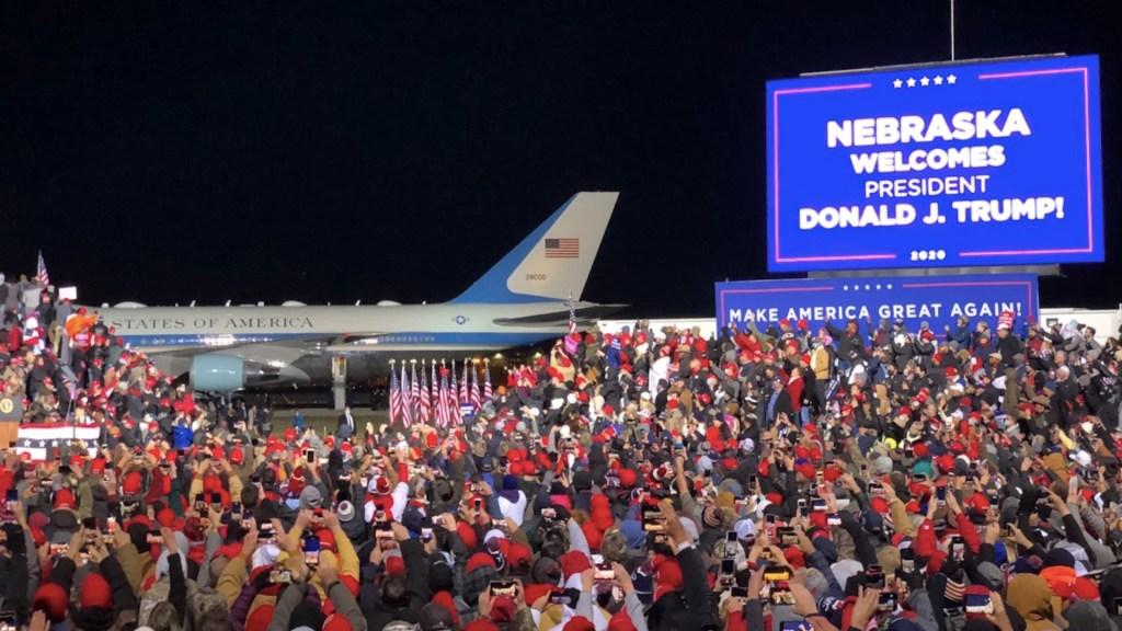 #Video Seguidores de Trump permanecieron horas en el frío tras mitin en Nebraska - Foto de @jeffzeleny