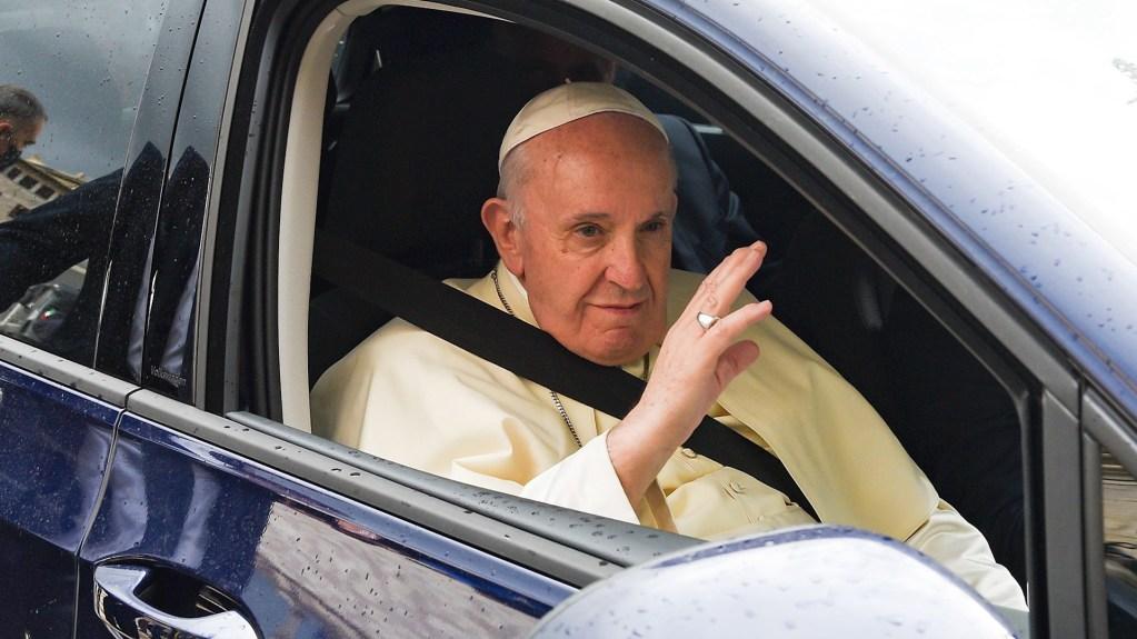 Papa Francisco homenajea a su chofer en el día de su jubilación - El papa Francisco llegando a la Basílica de San Francisco, en Asís, Italia. Foto de EFE/EPA/PIETRO CROCCHIONI.