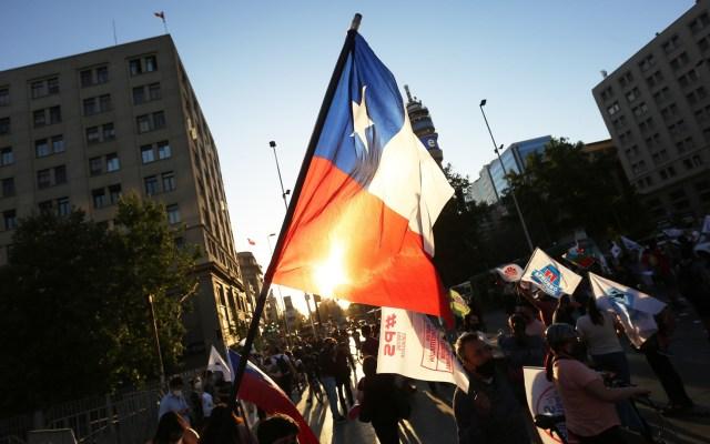 Votan chilenos histórico plebiscito para nueva Constitución - Partidarios al plebiscito de Chile. Foto de EFE