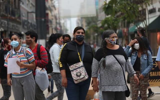 ¿Qué tan felices somos los mexicanos en la actualidad? - Personas con cubrebocas en calles de la Ciudad de México. Foto de EFE