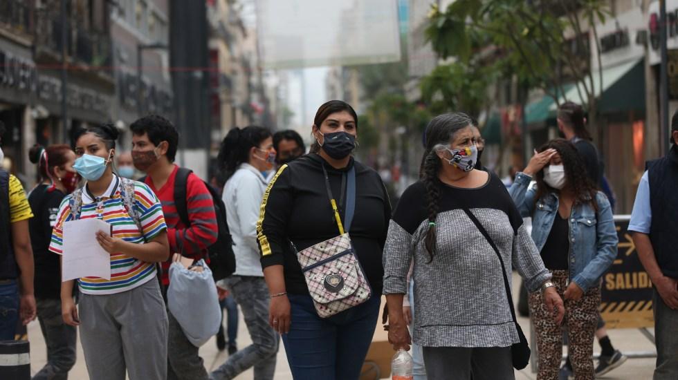 En las últimas 24 horas, México registra 4 mil 775 nuevos casos de COVID-19 y 414 muertes - Personas con cubrebocas en calles de la Ciudad de México. Foto de EFE