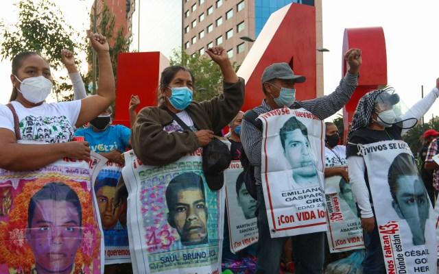 """""""No vemos los resultados que prometió"""", reclaman padres de normalistas desaparecidos a AMLO - Protesta por la desaparición de los 43 normalistas de Ayotzinapa. Foto de EFE"""