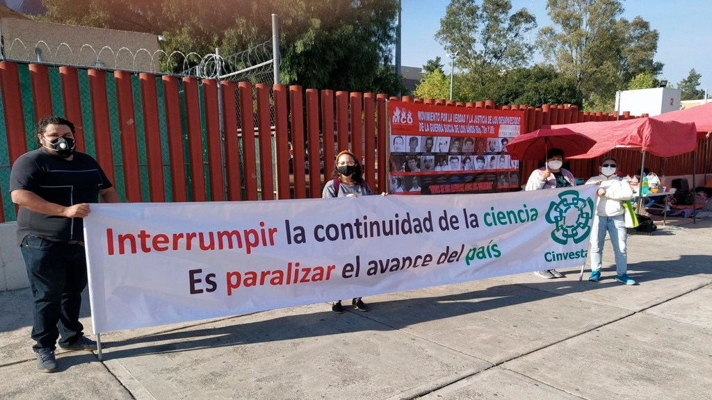Protestan en San Lázaro contra desaparición de Fideicomisos - En San Lázaro, investigadores del Cinvestav protestaron contra la desaparición de los fideicomisos. Foto @almaldo2