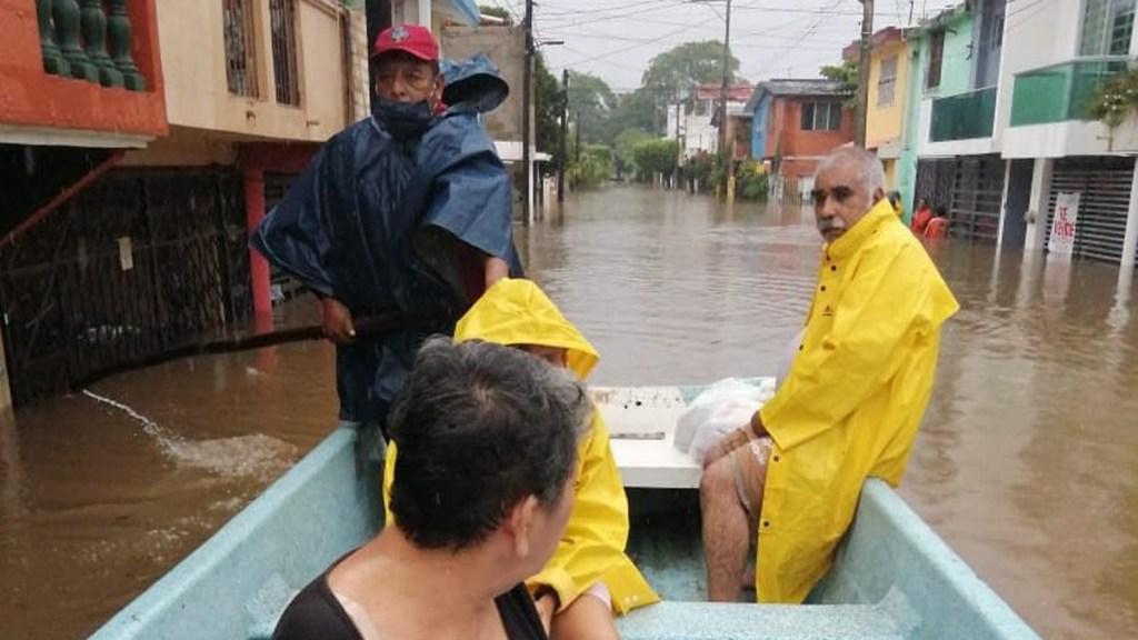 Desalojan a habitantes de Villahermosa por fuertes inundaciones - Rescate de familias en Villahermosa por inundaciones. Foto de @ProcivilTabasco