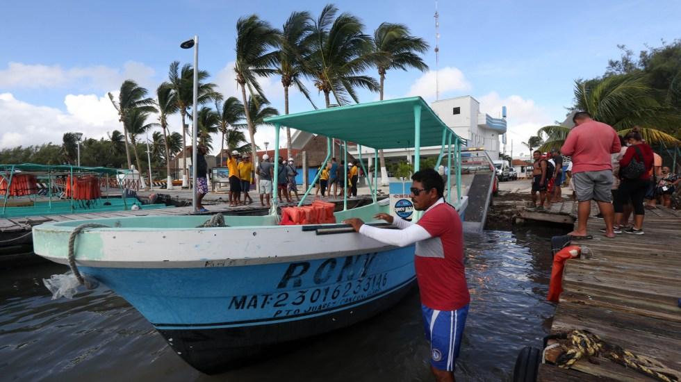 Quintana Roo y Yucatán sienten el impacto del Huracán Delta; mantiene amenaza de tormentas con potencial catastrófico - Retiro de embarcaciones en costas de Cancún por huracán Delta. Foto de EFE