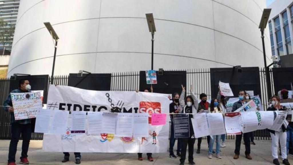 Manifestantes bloquean puertas del Senado; se cumple una semana de protestas contra extinción de fideicomisos - Foto de El Sol de México