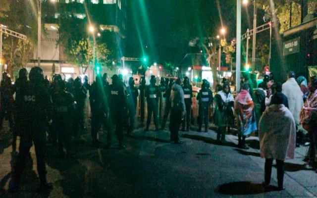 Arriban policías al Senado; manifestantes que se oponen a desaparición de fideicomisos temen desalojo - Foto @letroblesrosa