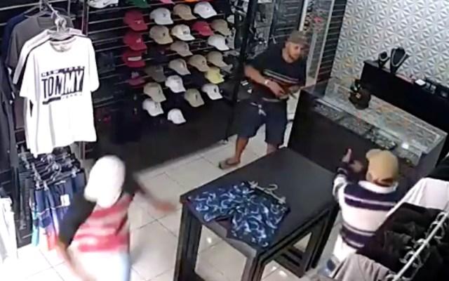 #Video Comerciante mata a tres delincuentes tras intento de asalto en Brasil - Foto de captura de pantalla