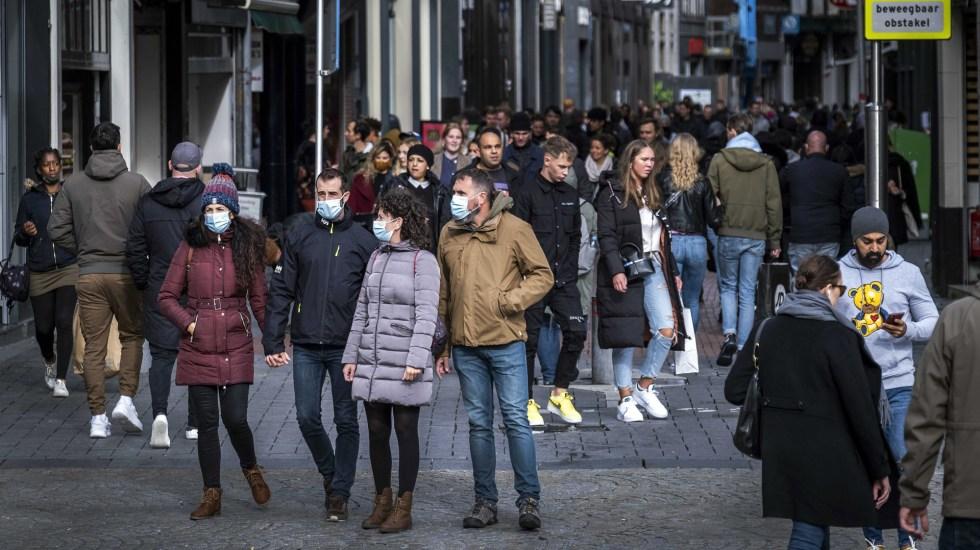 Mundo supera récord de contagios de COVID-19 en 24 horas; se registraron más de 378 mil nuevos casos - Transeúntes en Amsterdam, algunos con cubrebocas para prevenir el COVID-19. Foto de EFE