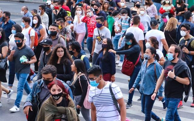 Índice de Confianza del Consumidor cae en octubre, en comparación anual, 6.2 unidades; todavía no alcanza niveles de 2019 - Transeúntes en la Ciudad de México con cubrebocas para prevenir el COVID-19. Foto de EFE