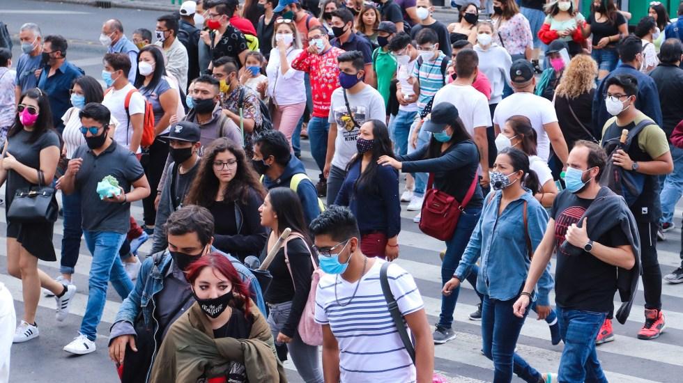En las últimas 24 horas, México registró 4 mil 56 casos confirmados y 478 decesos por COVID-19 - Transeúntes en la Ciudad de México con cubrebocas para prevenir el COVID-19. Foto de EFE