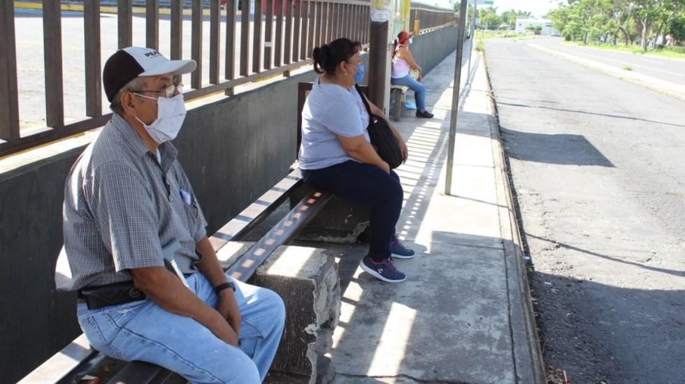 Se mantiene Campeche como único estado en semáforo verde por COVID-19; 17 entidades en naranja y 14 en amarillo - Usuarios practican la sana distancia al esperar el transporte público. Foto de Salud Colima