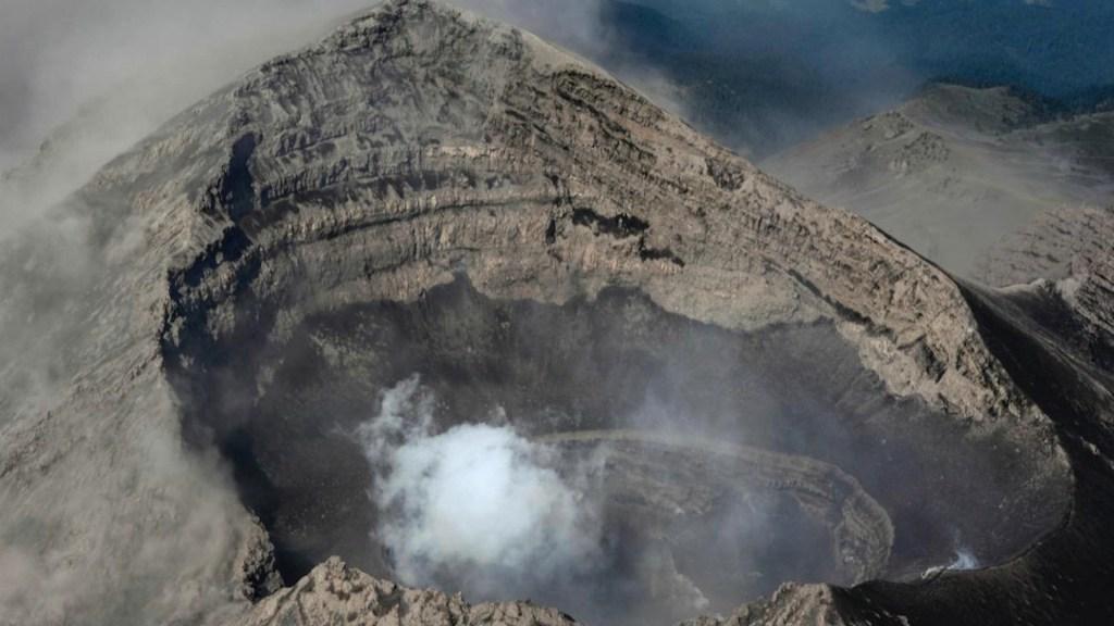 Descartan cambios significativos tras sobrevuelo sobre cráter del volcán Popocatépetl - Foto de CNPC
