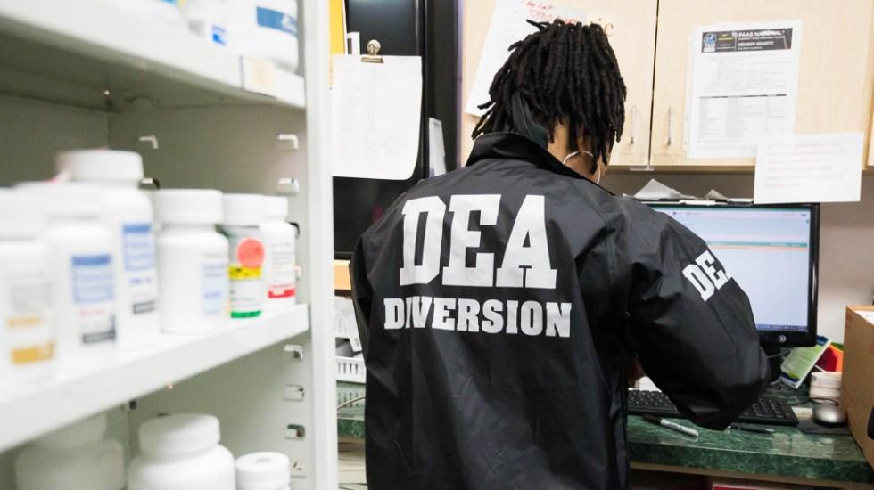 No se amenazó a EE.UU. con expulsar a la DEA, afirma AMLO; solo defendimos principios: Ebrard - Agente de la DEA de Estados Unidos. Foto de Drug Enforcement Administration