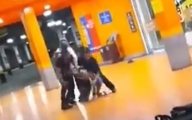 #Video Asesinan agentes de seguridad en Brasil a hombre negro afuera de supermercado - Agresión a hombre negro afuera de supermercado en Brasil. Captura de pantalla