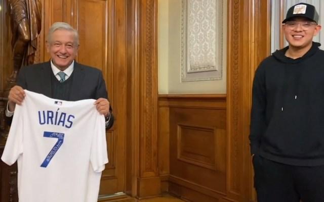 López Obrador recibe en Palacio Nacional a Julio Urías; entrega al presidente camiseta autografiada - AMLO Urías 2