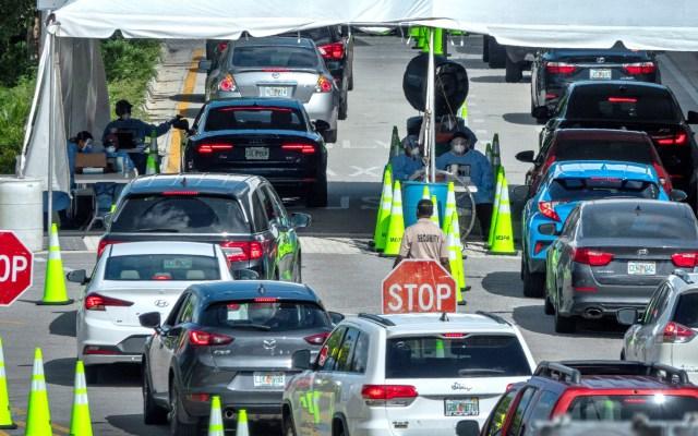 Inician en EE.UU. confinamientos parciales para frenar COVID-19 - Personas hacen fila en sus carros para acceder al servicio de pruebas de coronavirus en el Centro de Convenciones de Miami Beach, Florida (EE.UU.). Foto de EFE