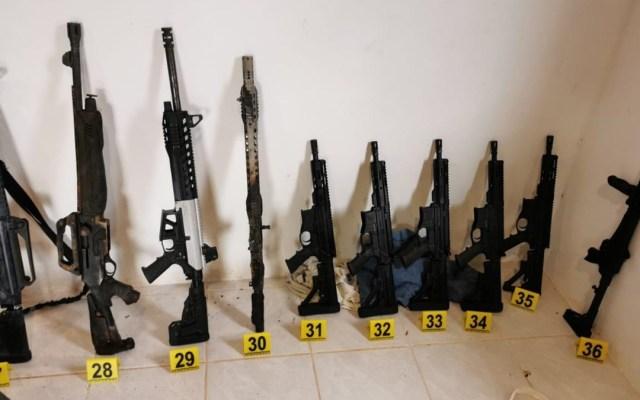 Decomisan en Chiapas arsenal y detienen a dos presuntos traficantes de Sinaloa - Armas largas y cortas decomisada durante cateo en Chiapas. Foto de GN
