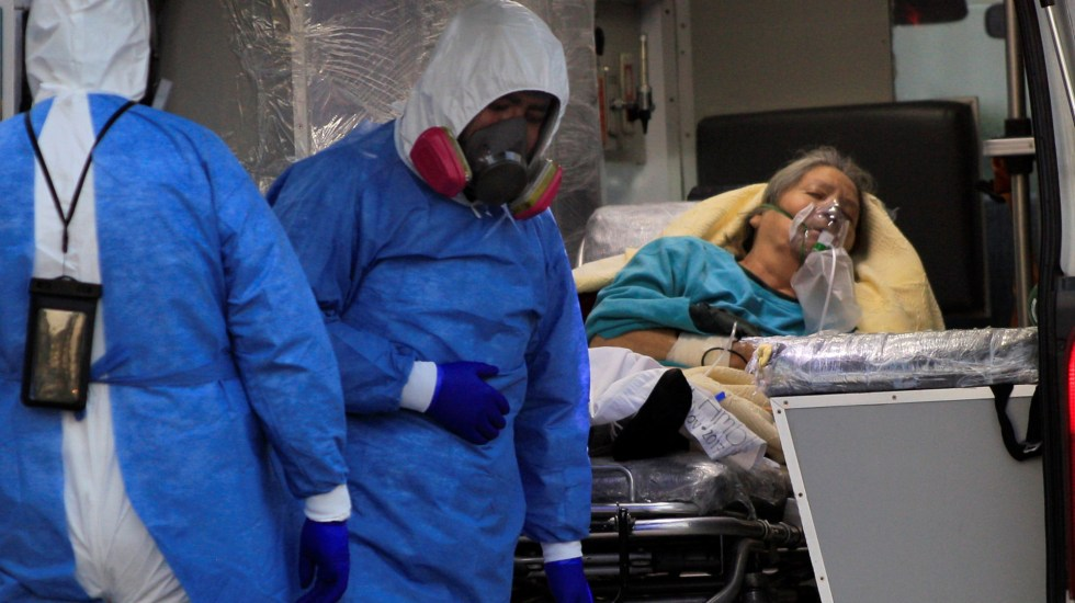 Repunte de muertes por COVID-19 en México; registró el viernes más de 700 - Empleados de la salud ingresan una paciente con covid-19, al hospital General de Ciudad Juárez, Chihuahua. Foto de EFE